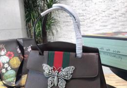 GUCCI蝴蝶 手提包 蝴蝶作为源自Gucci Garden的标志性象征,也已成为品牌代 ...